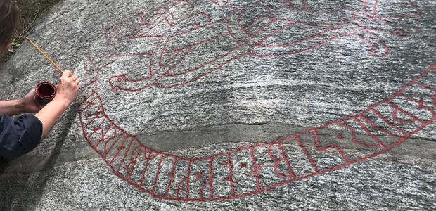Runstenen i Askrike- upptäckt av en slump