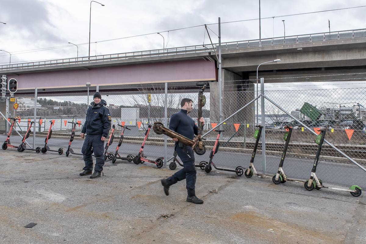 16 elsparkcyklar kastade från Lidingöbron