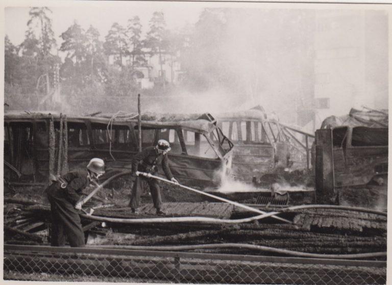 En bild berättar: Vagnhalls-branden vid Aga station 1949