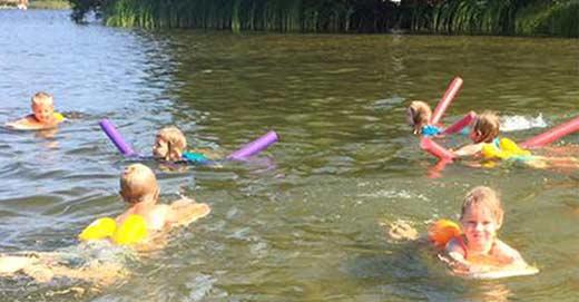 Simskolan Små Grodorna lär barn att använda flytväst