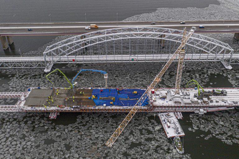Hårt väder påverkar brobygget