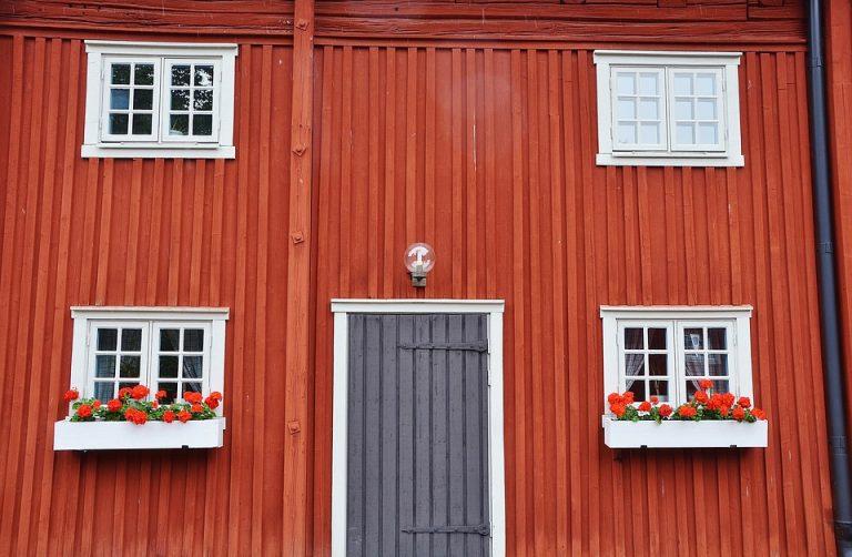 Ett rött äldre trähus