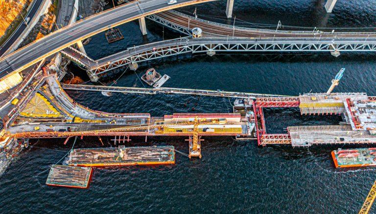 Fortsatt rivning och uppbyggnad vid bron